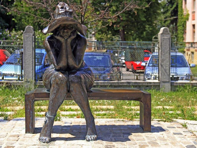 Ονειρεμένος γυναίκα σε έναν πάγκο στοκ φωτογραφία