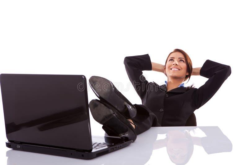 ονειρεμένος εργαζόμενος γυναικών γραφείων ημέρας στοκ φωτογραφία