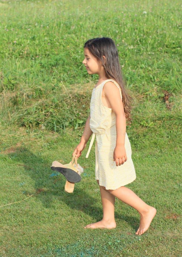 Ονειρεμένος κορίτσι που περπατά χωρίς παπούτσια στοκ φωτογραφία με δικαίωμα ελεύθερης χρήσης
