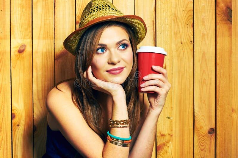 Ονειρεμένος φλυτζάνι καφέ εκμετάλλευσης κοριτσιών Hipster Πορτρέτο στο ξύλινο BA στοκ φωτογραφία με δικαίωμα ελεύθερης χρήσης