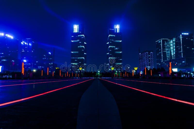 Ονειροπόλος άποψη νύχτας των τετραγωνικών και πράσινων διαστημικών δίδυμων πύργων ανατολικών σταθμών zhengzhou στοκ εικόνες
