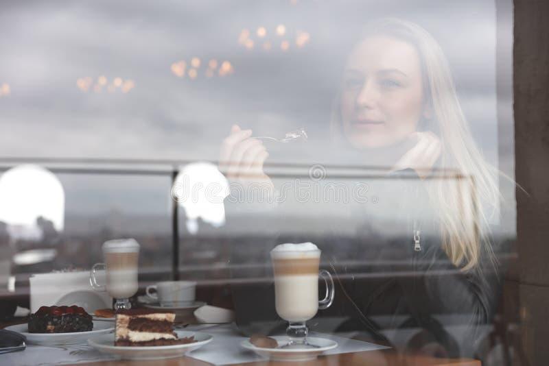 Ονειροπόλος γυναίκα στον καφέ στοκ φωτογραφίες με δικαίωμα ελεύθερης χρήσης