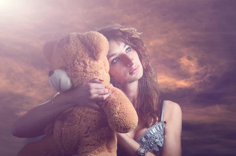 Ονειροπόλο κορίτσι με τη teddy άρκτο στοκ εικόνα με δικαίωμα ελεύθερης χρήσης