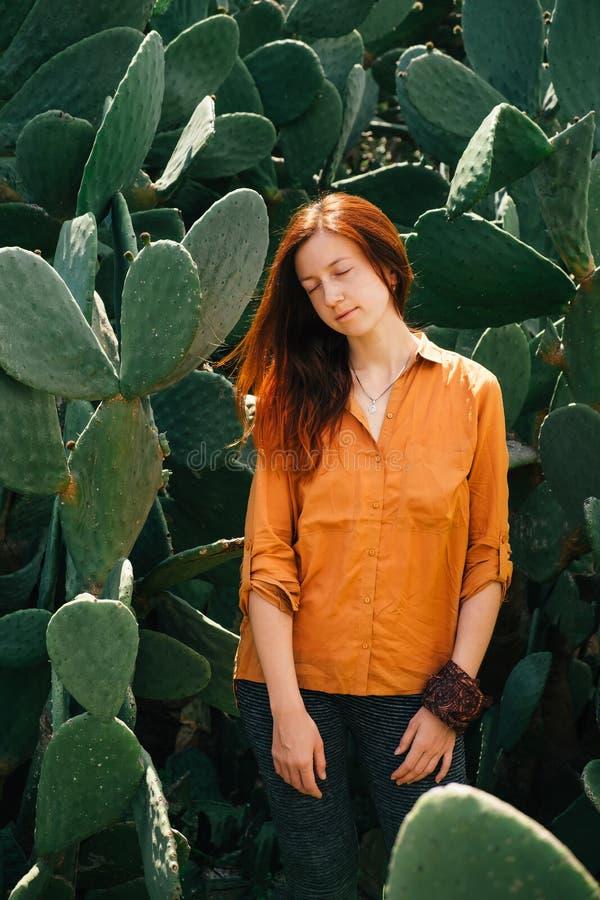 Ονειροπόλο πορτρέτο γυναικών στις εγκαταστάσεις κάκτων ερήμων στοκ φωτογραφία
