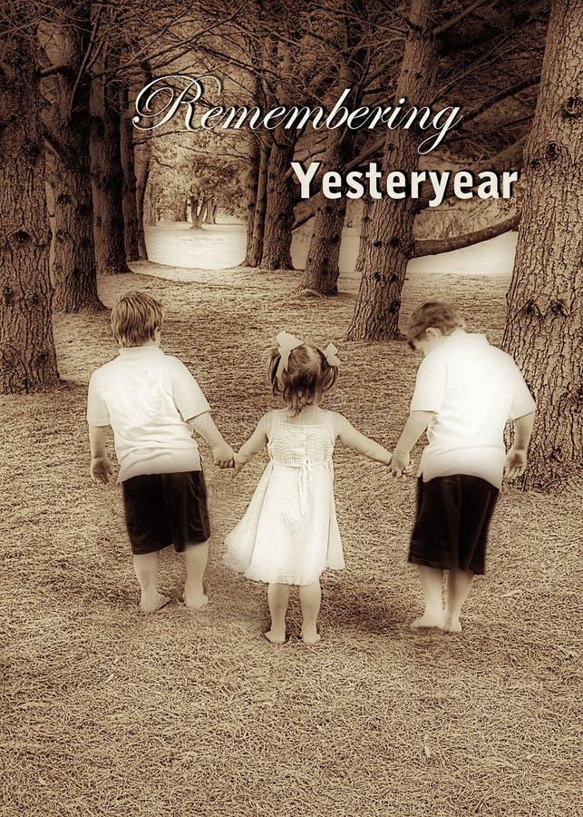 Ονειροπόλος Yesteryear εικόνα - παιδιά που περπατούν χέρι-χέρι στοκ φωτογραφία με δικαίωμα ελεύθερης χρήσης