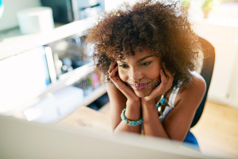 Ονειροπόλο κορίτσι που εξετάζει τον υπολογιστή στοκ φωτογραφία με δικαίωμα ελεύθερης χρήσης