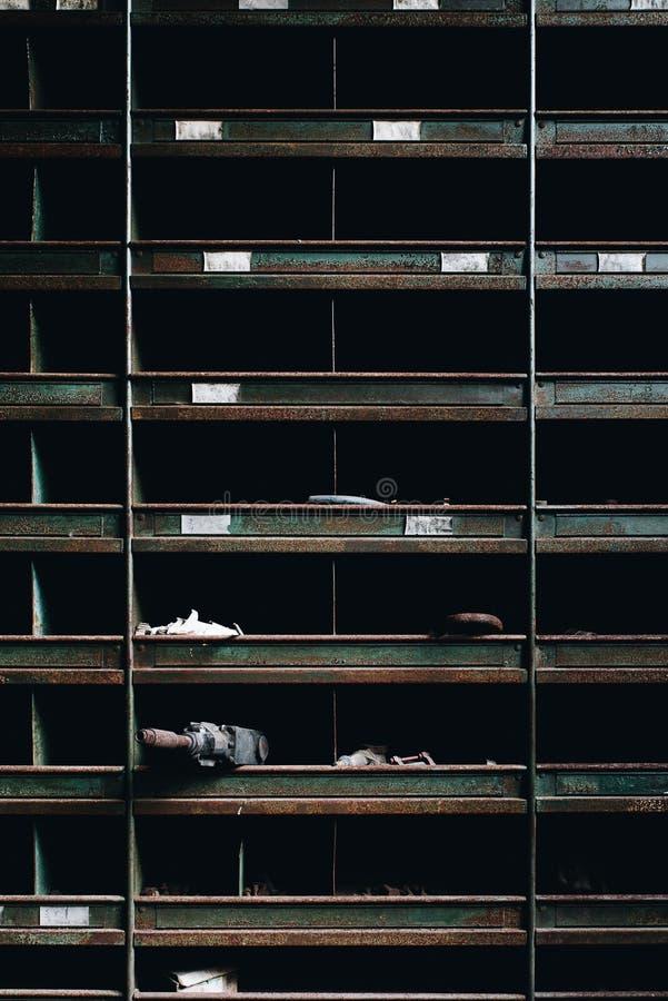 Οξυδωμένα βιομηχανικά ράφια - εγκαταλειμμένο εργοστάσιο επεξεργασίας σιδήρου - Νέα Υόρκη στοκ φωτογραφία