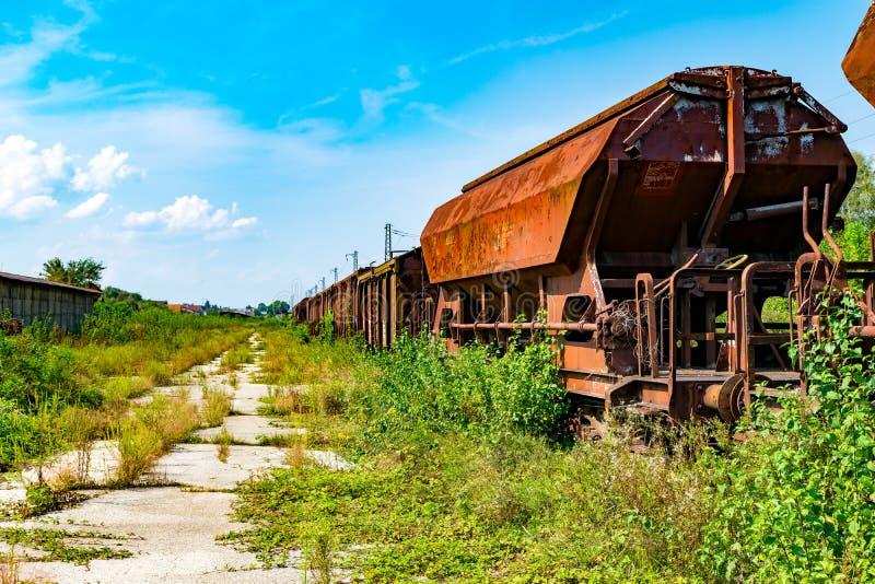 Οξυδωμένη στάση αυτοκινήτων τραίνων στις παλαιές διαδρομές στοκ φωτογραφία