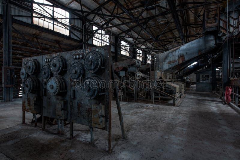 Οξυδωμένοι εξοπλισμός και πίνακας ελέγχου - εγκαταλειμμένο εργοστάσιο επεξεργασίας σιδήρου - Νέα Υόρκη στοκ εικόνα