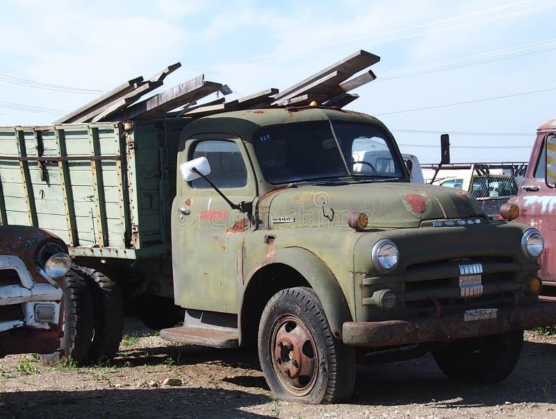 Οξυδωμένο έξω πράσινο τέχνασμα φορτηγό τριών τόνου στοκ φωτογραφία