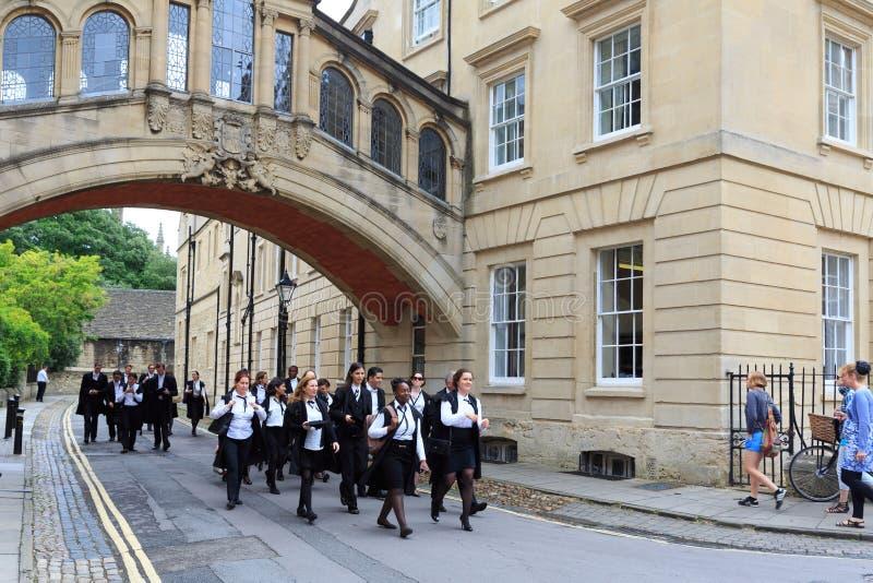 ΟΞΦΟΡΔΗ - 11 ΙΟΥΛΊΟΥ 2014: Οι πτυχιούχοι του Πανεπιστημίου της Οξφόρδης περπατούν από το Χ στοκ εικόνα με δικαίωμα ελεύθερης χρήσης