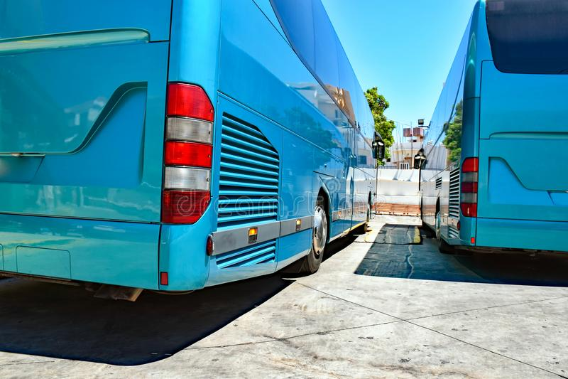 Οπίσθια πλευρά δύο σταθμευμένων λεωφορείων στοκ φωτογραφίες με δικαίωμα ελεύθερης χρήσης