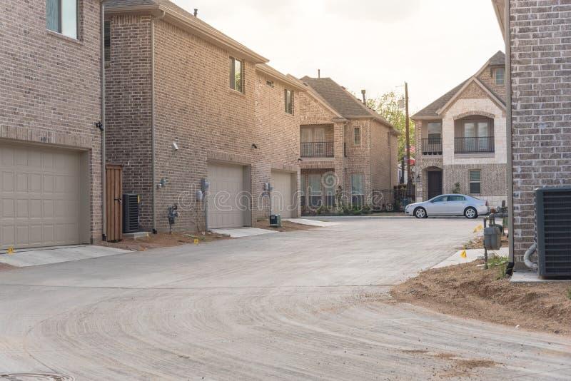 Οπίσθιο γκαράζ εισόδων χτισμένη εμπορικών σημάτων πρόσφατα του σπιτιού στο Τέξας, ΗΠΑ στοκ εικόνα