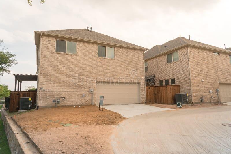 Οπίσθιο γκαράζ εισόδων χτισμένη εμπορικών σημάτων πρόσφατα του σπιτιού στο Τέξας, ΗΠΑ στοκ φωτογραφίες
