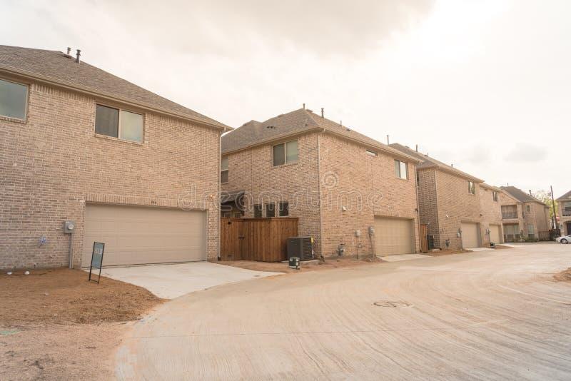 Οπίσθιο γκαράζ εισόδων χτισμένη εμπορικών σημάτων πρόσφατα του σπιτιού στο Τέξας, ΗΠΑ στοκ φωτογραφίες με δικαίωμα ελεύθερης χρήσης
