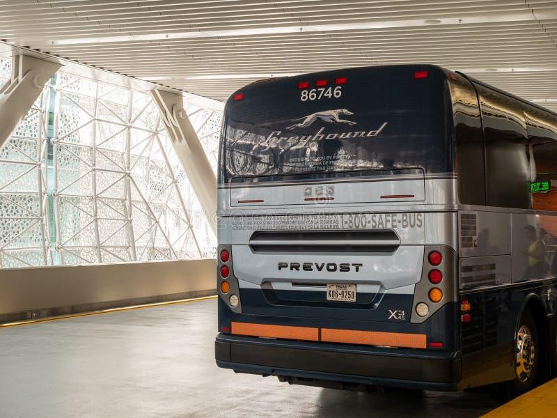 Οπίσθιο τμήμα Greyhound του intercity λεωφορείου με τους επιβάτες που επιβιβάζονται για την υπηρεσία στοκ εικόνες με δικαίωμα ελεύθερης χρήσης