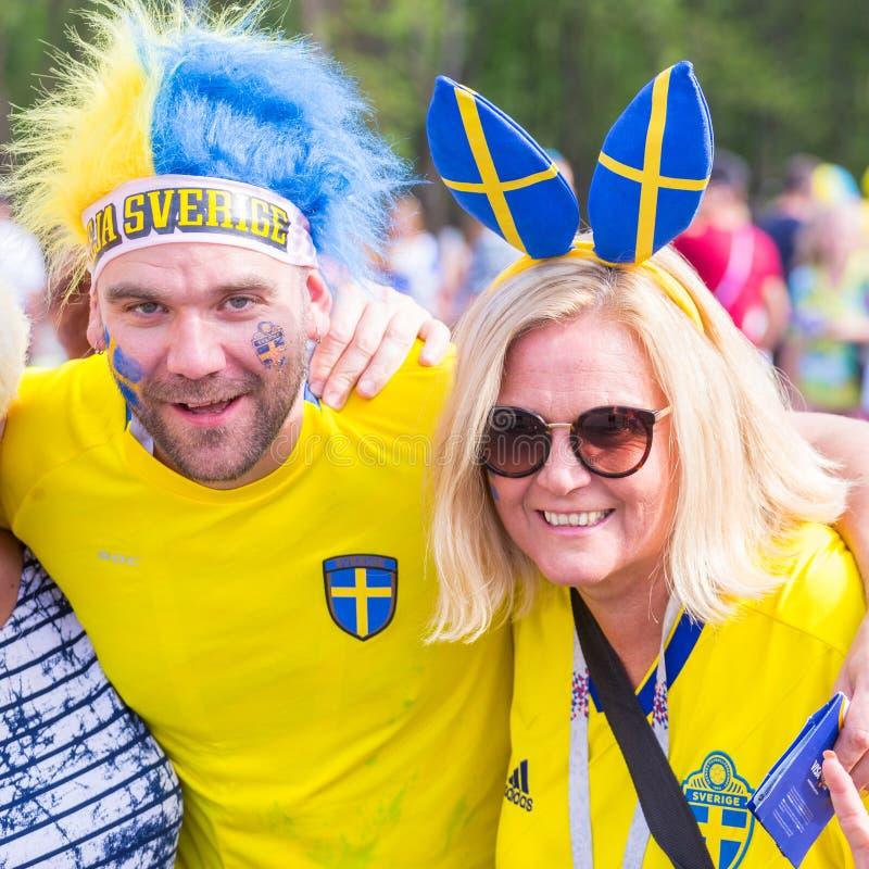 Οπαδοί ποδοσφαίρου από τη Σουηδία, παντρεμένο ζευγάρι, με τα χρωματισμ στοκ εικόνες