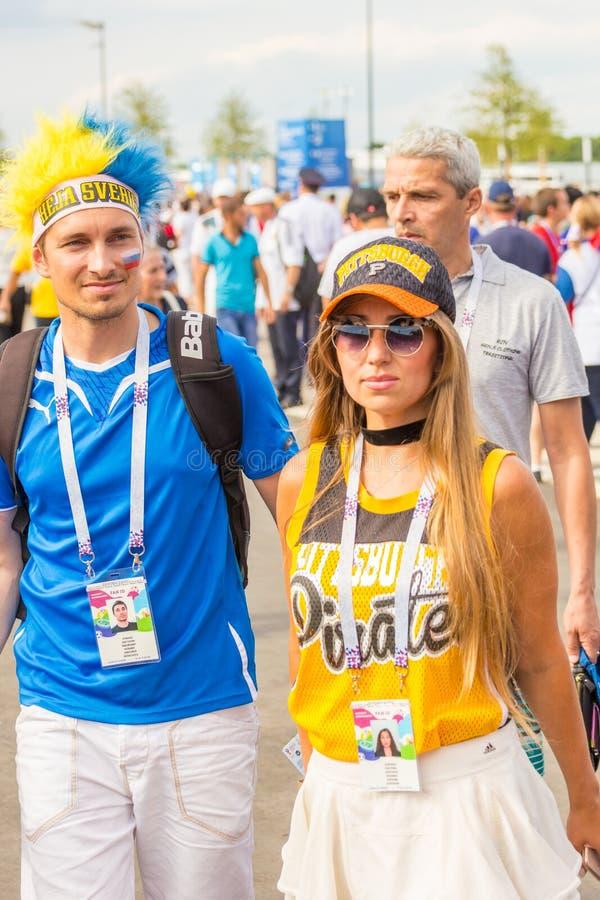 Οπαδοί ποδοσφαίρου από τη Σουηδία, παντρεμένο ζευγάρι, με τα χρωματισμ στοκ εικόνα με δικαίωμα ελεύθερης χρήσης
