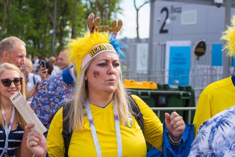 Οπαδοί ποδοσφαίρου από τη Σουηδία, παντρεμένο ζευγάρι, με τα χρωματισμ στοκ φωτογραφία με δικαίωμα ελεύθερης χρήσης