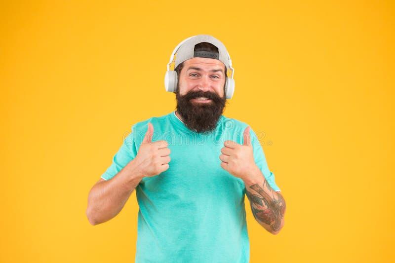 Οπαδός μουσικής τρόπου ζωής Ασύρματα ακουστικά μουσικής ακούσματος ατόμων Συσκευή ακουστικών Hipster Ενθαρρυντικό τραγούδι Βιβλιο στοκ εικόνες