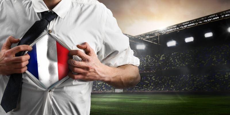 Οπαδός ποδοσφαίρου ή ποδοσφαίρου της Γαλλίας που παρουσιάζει σημαία στοκ εικόνες
