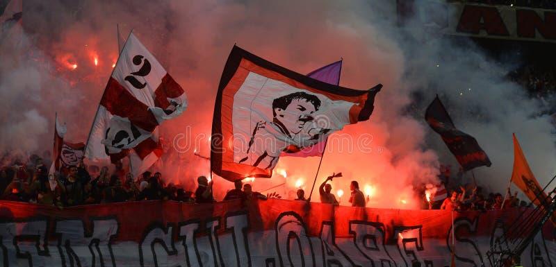 Οπαδοί ποδοσφαίρου ή ποδοσφαίρου με τις φλόγες στοκ εικόνες με δικαίωμα ελεύθερης χρήσης