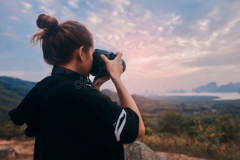 Οπισθοσκόπος ενός νέου φωτογράφου γυναικών που πυροβολεί την τρομερή άποψη του εθνικού πάρκου AO Phang Nga στοκ φωτογραφία