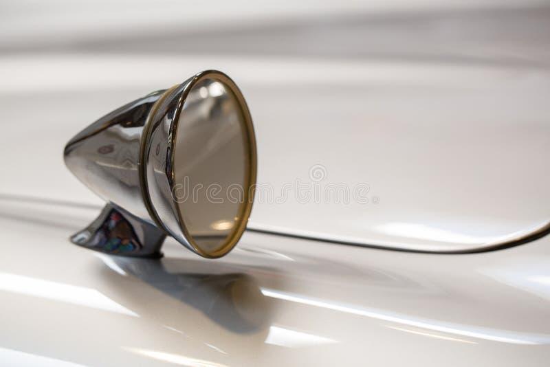 Οπισθοσκόπος καθρέφτης ενός κλασικού αυτοκινήτου στοκ φωτογραφία