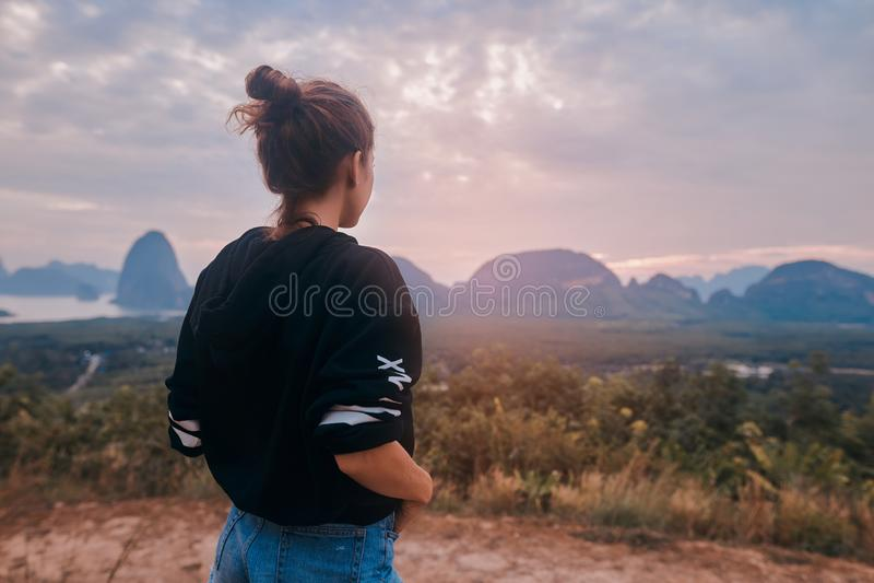Οπισθοσκόπος μιας νέας γυναίκας που απολαμβάνει την τρομερή θέα του εθνικού πάρκου AO Phang Nga στοκ εικόνα