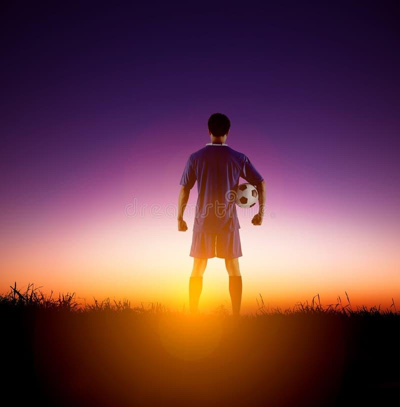 Οπισθοσκόπος ποδοσφαιριστής που προσέχει την ανατολή στοκ φωτογραφία