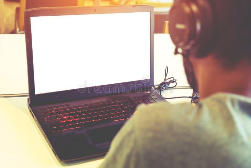 Οπισθοσκόπος πυροβολισμός του νέου ακουστικού και της χρησιμοποίησης ένδυσης επιχειρησιακών ατόμων του lap-top του στοκ φωτογραφίες με δικαίωμα ελεύθερης χρήσης