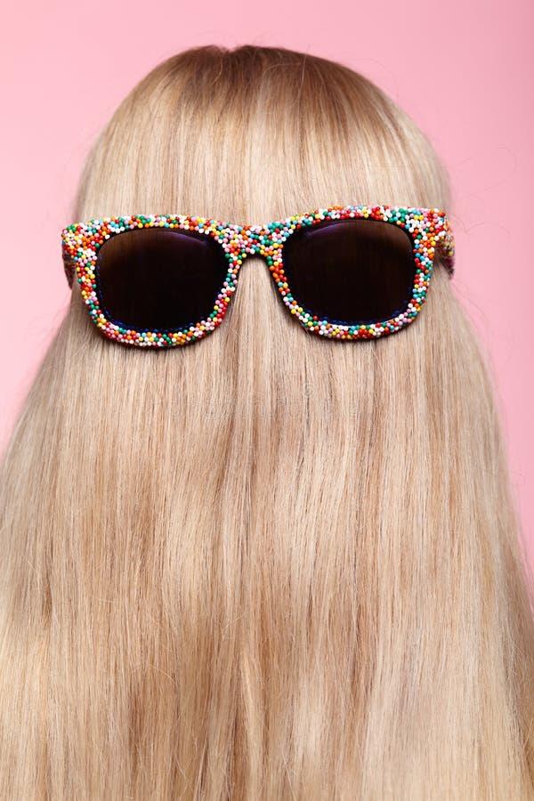 Οπισθοσκόπος της νέας γυναίκας Ξανθή ευθεία τρίχα με τα γυαλιά ηλίου διασκέδασης στοκ εικόνες με δικαίωμα ελεύθερης χρήσης