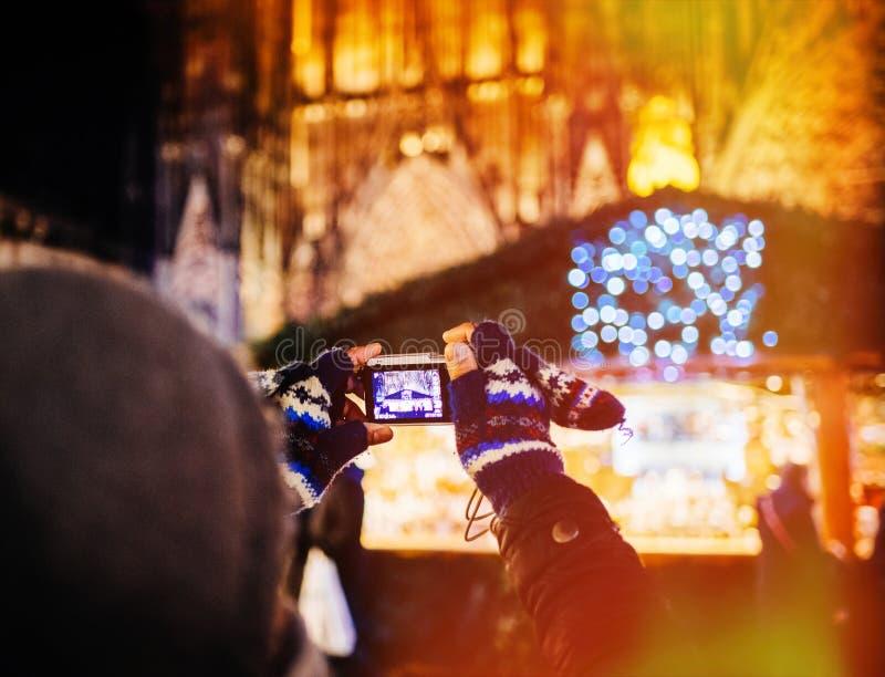 Οπισθοσκόπος του ατόμου που παίρνει τη φωτογραφία στην αγορά Χριστουγέννων στο Στρασβούργο στοκ φωτογραφία με δικαίωμα ελεύθερης χρήσης