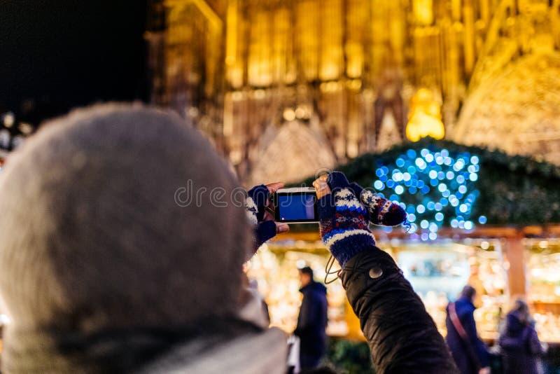 Οπισθοσκόπος του ατόμου που παίρνει τη φωτογραφία στην αγορά Χριστουγέννων στο Στρασβούργο στοκ φωτογραφίες με δικαίωμα ελεύθερης χρήσης