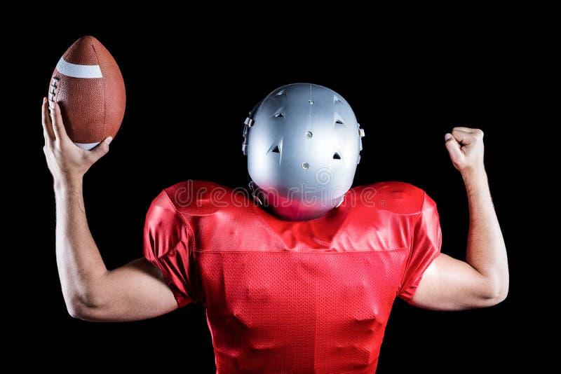 Οπισθοσκόπος του φορέα αμερικανικού ποδοσφαίρου ενθαρρυντικού κρατώντας τη σφαίρα στοκ φωτογραφίες με δικαίωμα ελεύθερης χρήσης