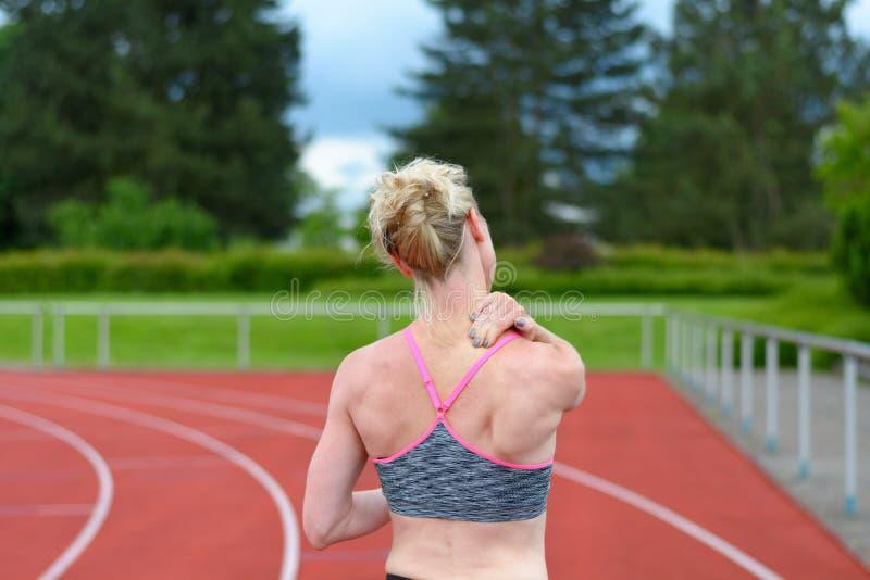 Οπισθοσκόπος του sprinter που τρίβει το λαιμό της στοκ εικόνα με δικαίωμα ελεύθερης χρήσης