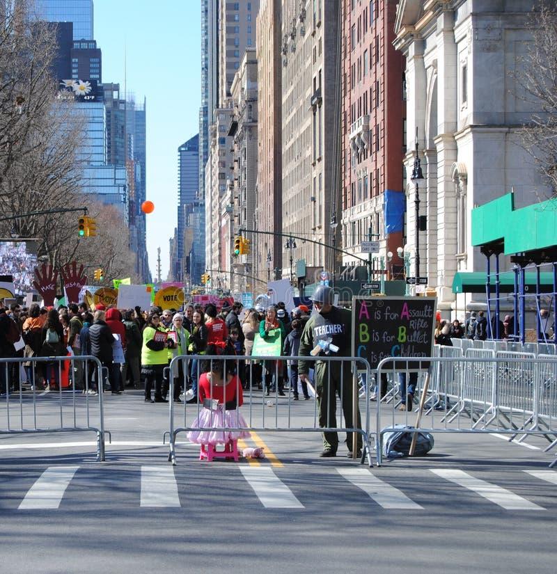 Οπλίζοντας δάσκαλοι, που προστατεύουν τους σπουδαστές, Μάρτιος για τις ζωές μας, διαμαρτυρία, ένοπλη βία, NYC, Νέα Υόρκη, ΗΠΑ στοκ εικόνες