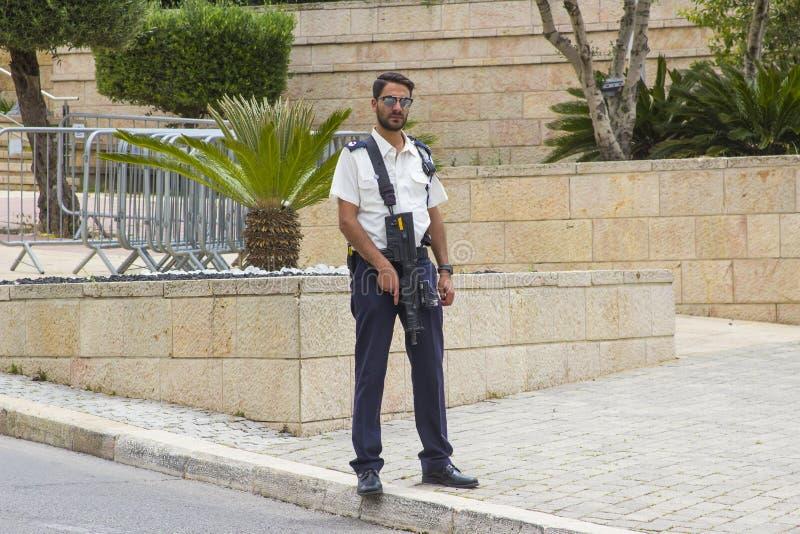 Οπλισμένο άτομο προσωπικό ασφαλείας το σημείο ελέγχου οχημάτων στην παρακαμπτήριο οδό στην είσοδο στα ισραηλινά κτήρια της Κνεσέτ στοκ εικόνα με δικαίωμα ελεύθερης χρήσης