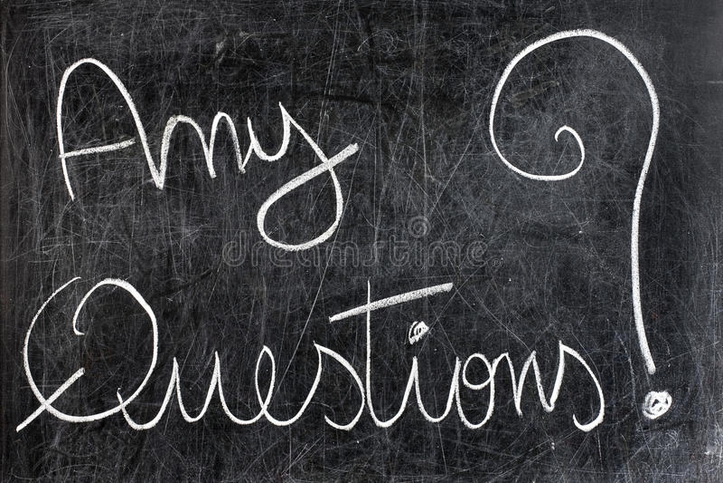 Οποιεσδήποτε ερωτήσεις στον πίνακα κιμωλίας στοκ εικόνα με δικαίωμα ελεύθερης χρήσης