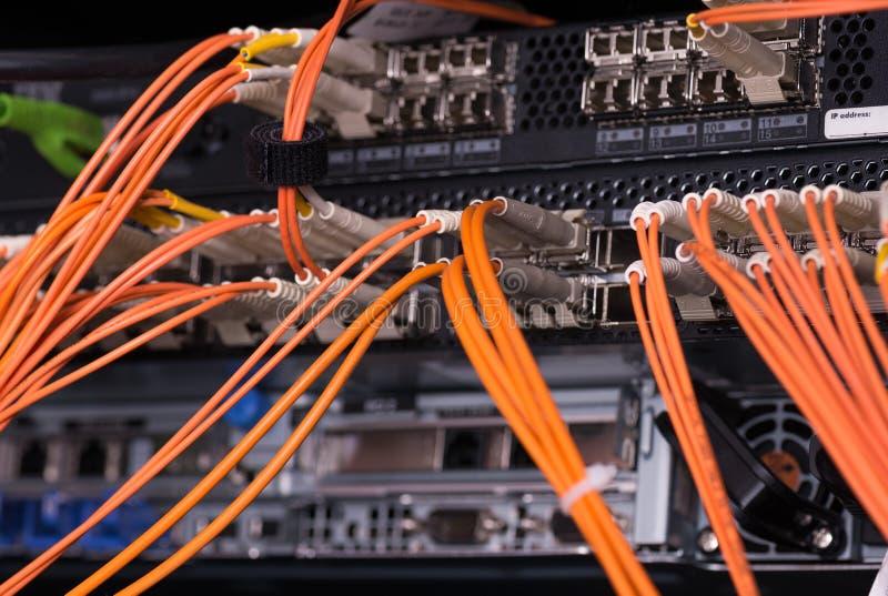 Οπτικές συνδέσεις ινών με τους κεντρικούς υπολογιστές στοκ φωτογραφίες με δικαίωμα ελεύθερης χρήσης