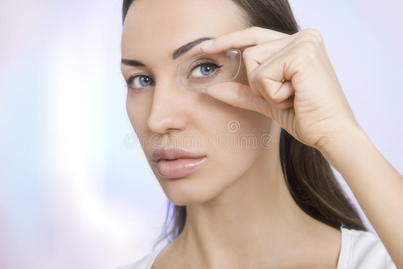 Οπτική και γυαλιά, πορτρέτο του νέου thro κοιτάγματος γυναικών χαμόγελου στοκ φωτογραφία