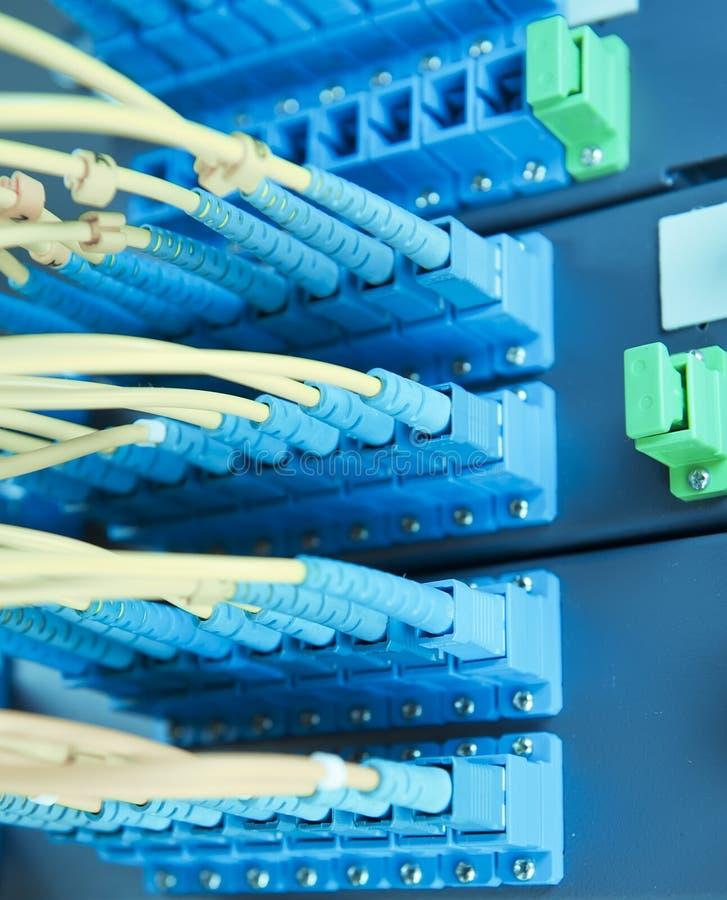 Οπτικοί καλώδια και κεντρικοί υπολογιστές δικτύων στοκ εικόνες