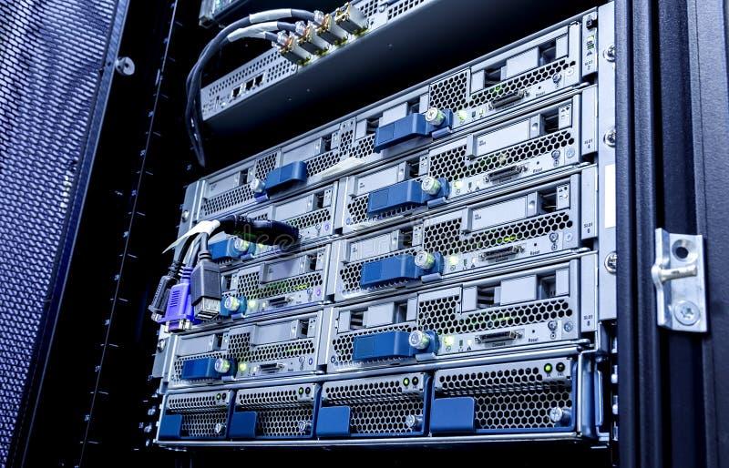 Οπτικοί καλώδιο δικτύων ινών και κεντρικός υπολογιστής τηλεπικοινωνιών στο κέντρο δεδομένων τεχνολογίας στοκ εικόνες