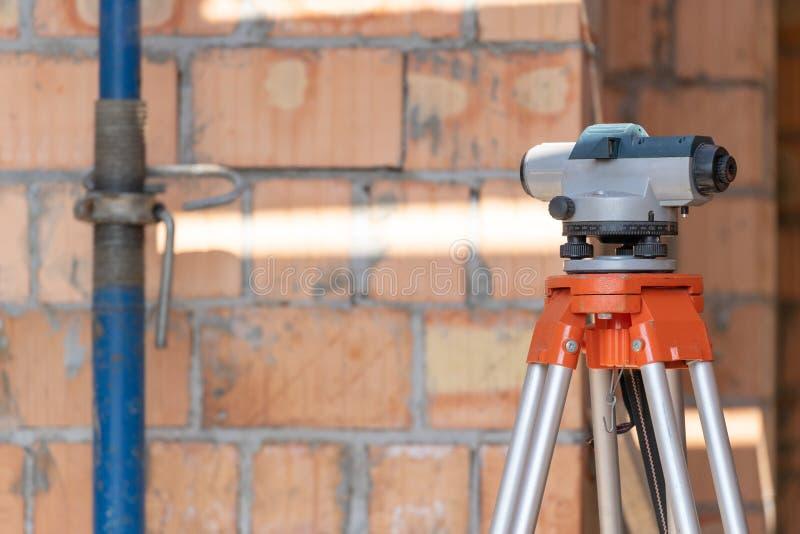 Οπτικό επίπεδο στο τρίποδο που στέκεται ενάντια στο τουβλότοιχο στοκ φωτογραφίες με δικαίωμα ελεύθερης χρήσης