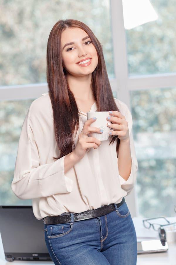 Οπτιμιστής καφές κατανάλωσης επιχειρησιακών γυναικών στοκ φωτογραφία με δικαίωμα ελεύθερης χρήσης