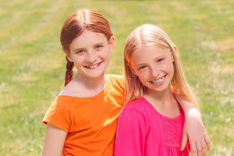Οπτιμιστή κορίτσια που συνδέουν ο ένας στον άλλο στοκ εικόνες