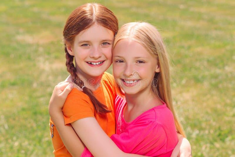 Οπτιμιστή κορίτσια που συνδέουν ο ένας στον άλλο στοκ εικόνα