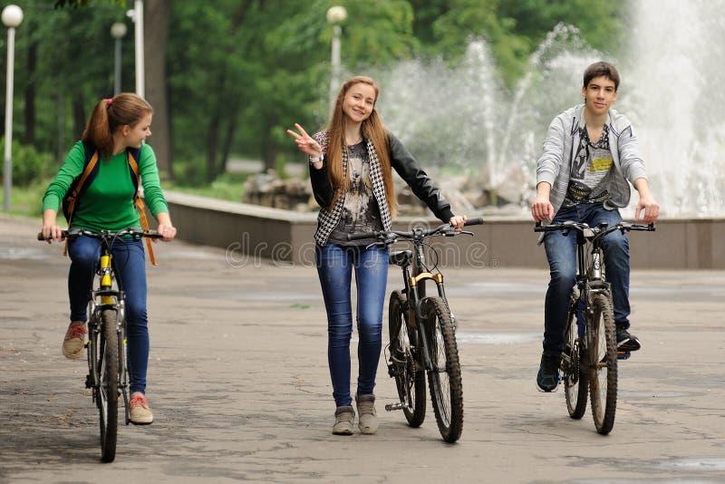 Ορέλ, Ρωσία - 31 Μαΐου 2015: Bikeday, teens ανακυκλώνοντας στο πάρκο στοκ εικόνες