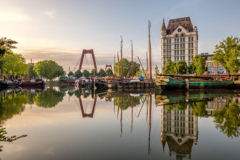 Ορίζοντας εικονικής παράστασης πόλης πόλεων του Ρότερνταμ με, λιμάνι Oude, Κάτω Χώρες στοκ φωτογραφία