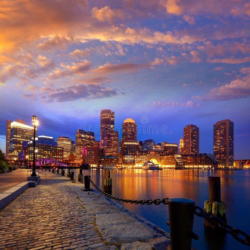Ορίζοντας ηλιοβασιλέματος της Βοστώνης στην αποβάθρα Μασαχουσέτη ανεμιστήρων στοκ εικόνες